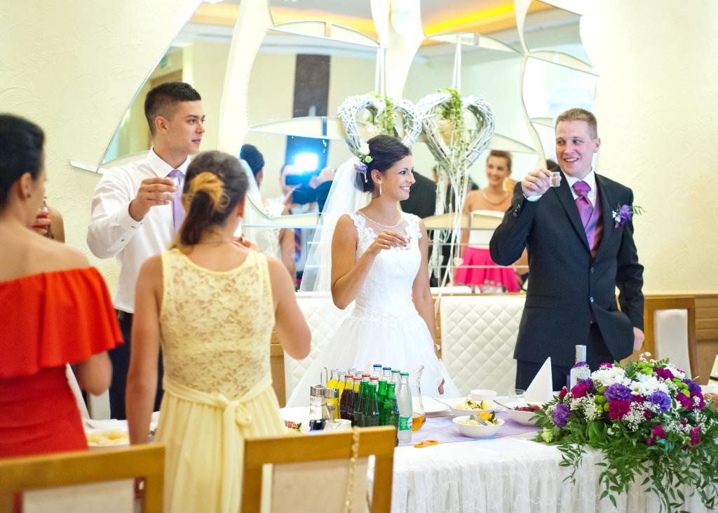 Para Młoda wznosi pierwszy toast