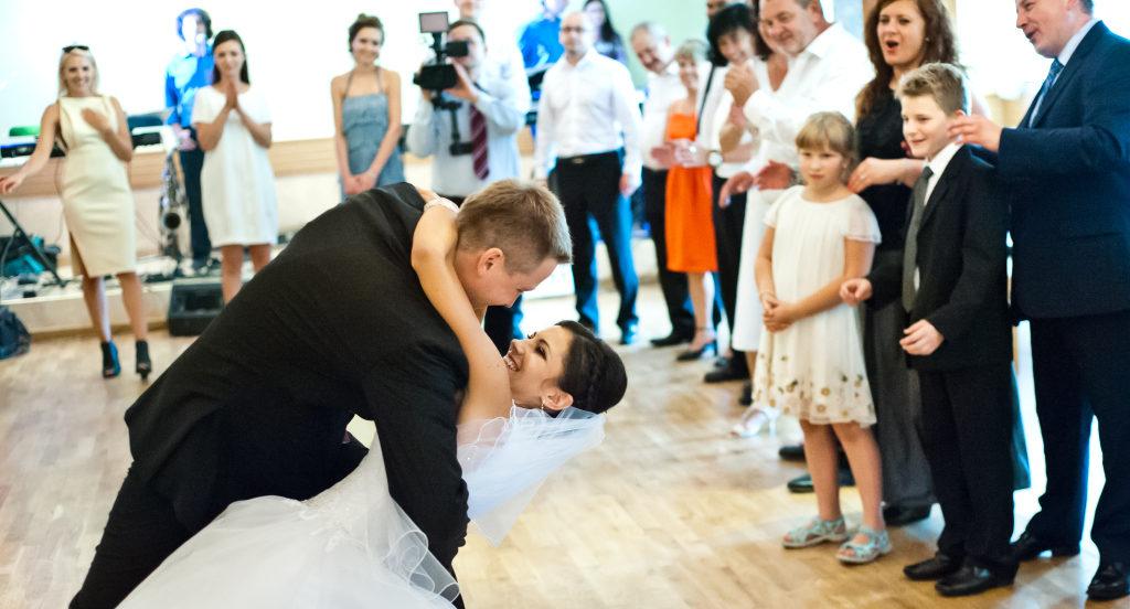 Para młoda podczas zabawy na sali weselnej